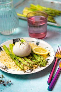 Recette de Salade tiède d'asperges vertes rôties, burrata et boulghour