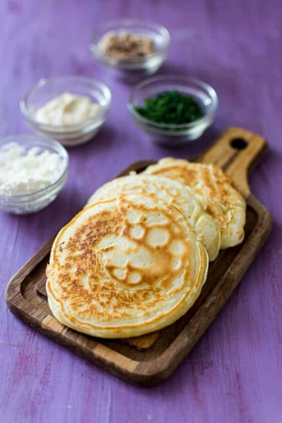 Recette de Blinis maison faciles et rapides, idéal pour l'apéro ! Des blinis fait maison pour tartiner du fromage frais, du tatziki, du saumon fumé... selon vos envies !
