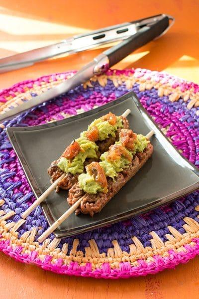 Recette de brochettes de boeuf haché au guacamole et tomates séchées avec Socopa et Weber.