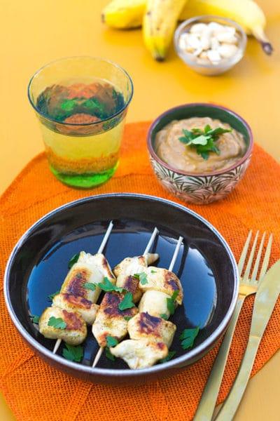 Recette de Brochettes sucrées/salées au poulet, banane et sauce satay (cacahuètes)