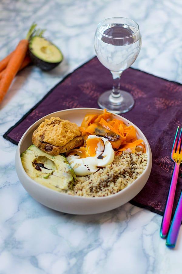 Recette de Buddha Bowl avocat, carottes au cumin, œuf coulant, houmous de lentilles corail