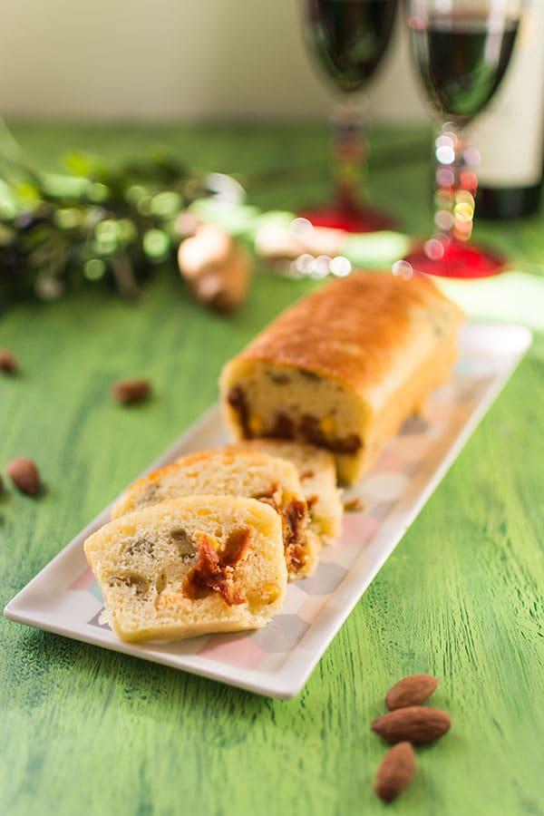 Recette de Cake aux olives, tomates séchées et amandes grillées