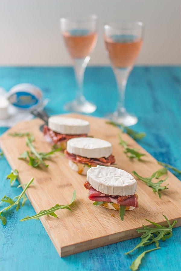 Recette de Sandwichs apéritifs au Caprice des Dieux, coppa, roquette et tomates séchées, enquête Ipsos les Jeunes et le fromage par Caprice des Dieux.