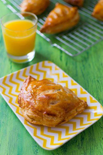 Recette de Chaussons aux pommes (pâte feuilletée rapide)