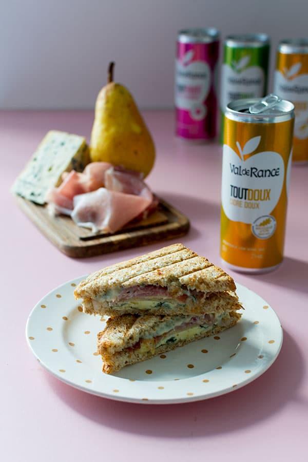 Recette de Sandwich au bleu, poires et jambon sec avec un cidre Val de Rance