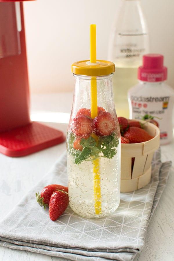 Recette d'Eau gourmande fraises, coriandre, litchi, thé vert (Sodastream), recette facile d'eau infusée pour petits et grands !