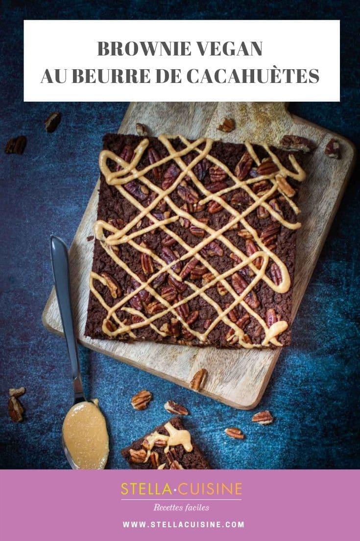 Recette de brownie vegan au beurre de cacahuètes maison. Une recette vegan facile au chocolat, noix de pécan, beurre de cacahuètes maison et sans sucres.