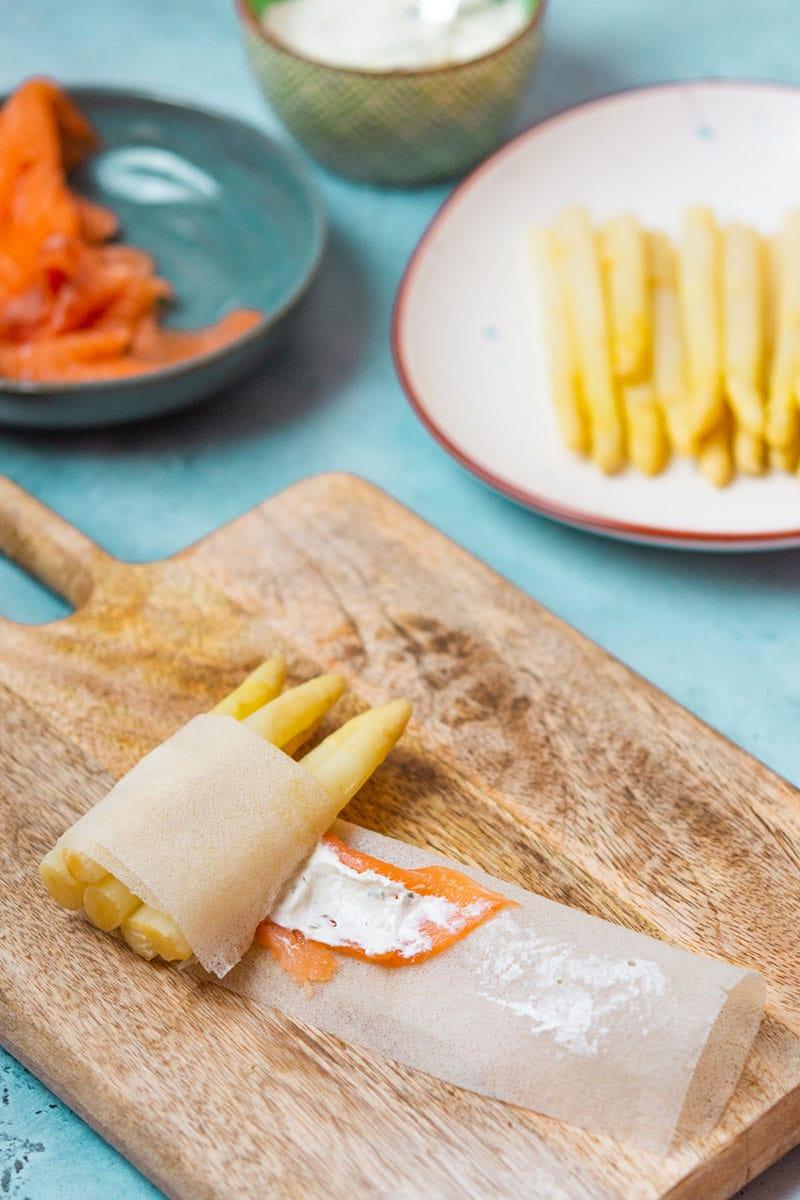 Recette de Fagots d'asperges blanches croustillants au saumon. Une entrée facile à base d'asperges, recette de printemps, avec des feuilles de brick et du saumon.