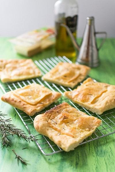 Recette de Focaccia au fromage à raclette ail et fines herbes RichesMonts