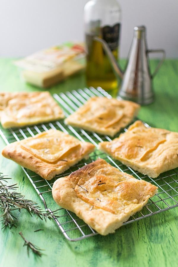 Focaccia au fromage à raclette ail et fines herbes RichesMonts
