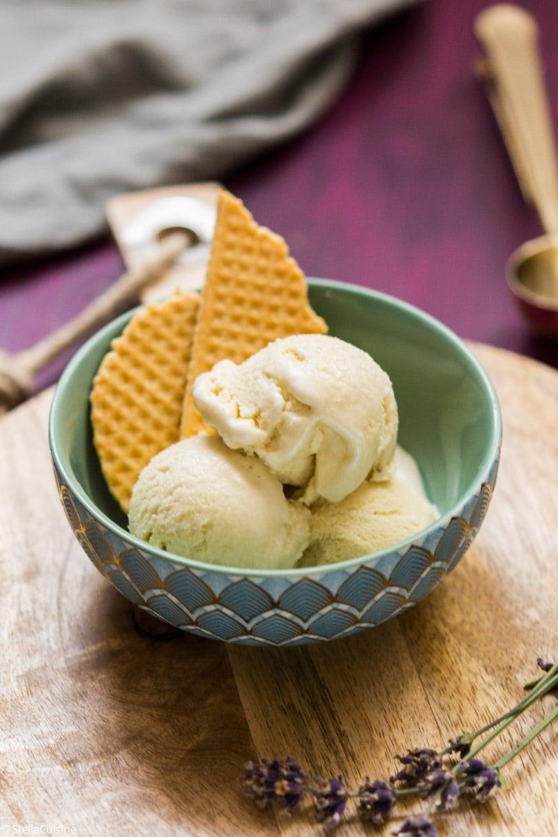 Recette de Glace à la lavande. Recette facile de glace en sorbetière ou turbine. Recette de crème anglaise aromatisée.