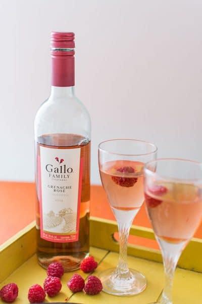 Recette de Bruschettas camembert, framboises et balsamique avec un Grenache Rosé Gallo Family Vineyards