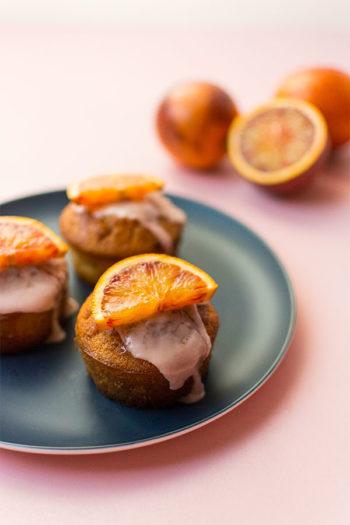 Recette de Muffins moelleux à l'orange sanguine, recette facile avec des oranges sanguines, un cake moelleux et très mignon en version muffin !