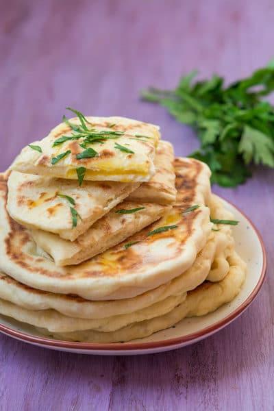 Recette facile de Naans fromage (cheese naan), recette des pains indiens, idéal en accompagnement de curry !