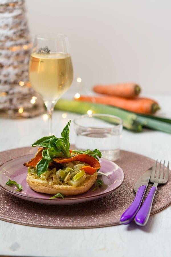 Recette de Tartine briochée à la fondue de poireaux, carottes au cumin, châtaignes et mâche
