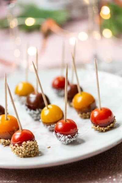 Recette de Noël végétarien : tomates cerises d'amour. Des tomates cerises qui font penser à des boules de Noël. Idéal pour un apéritif express !