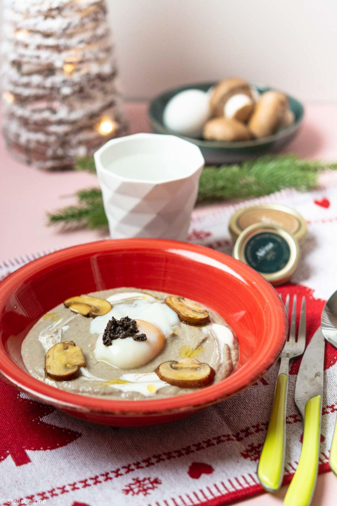Recette de Noël végétarien : velouté de champignons, œuf parfait à la truffe noire. Recette avec les suprêmes de truffe Aléna. Tout savoir sur la cuisson de l'oeuf parfait.