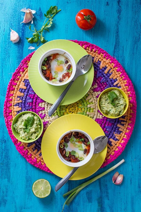 Recette d'Oeufs cocotte au chili (végétarien), recette facile issue du magazine Slowly Veggie ! Une recette végétarienne simple et rapide.