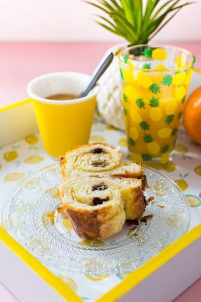 Recette de Pains au chocolat (idéal petit-déjeuner ou brunch), viennoiserie pain au chocolat ou chocolatine, à base de pâte levée feuilletée. Pain au chocolat fait maison simple et rapide !