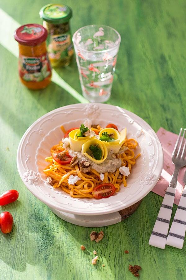 Recette de Pâtes sauce Pesto Rosso, caviar d'aubergines, courgettes, chèvre et noix, délicieux plat de pâtes avec la sauce Panzani.