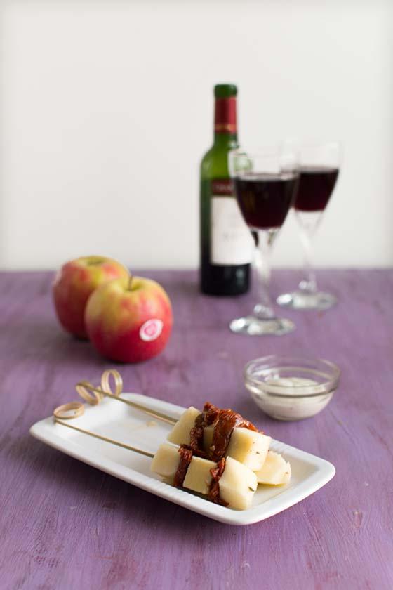 Brochette apéritive à la pomme Pink Lady, cantal et tomate séchée et sauce au curry