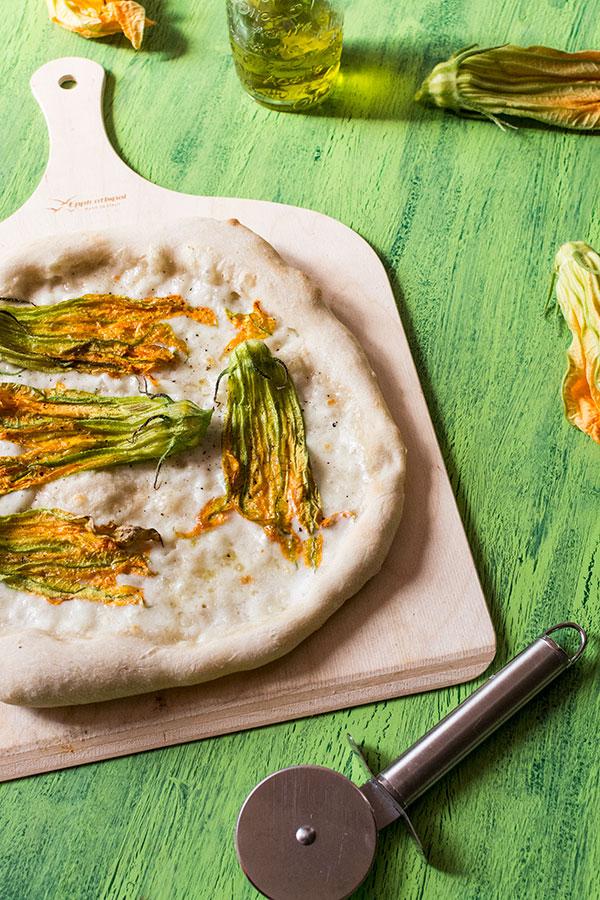 Recette de Pizza blanche à la mozzarella et fleurs de courgette, recette facile et rapide de pizza et pâte à pizza !