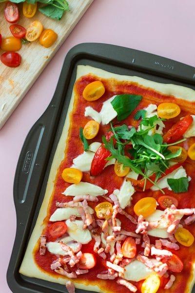 Recette de Pizza toute simple, tomates, mozzarella, poivrons grillés, avec la plaque à pizza Pyrex Asimetria