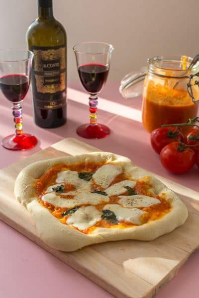 Recette de Pizza margherita (cuisson sur pierre), recette facile de pizza margharita en cuisson sur pierre réfractaire à la maison ! Très simple !