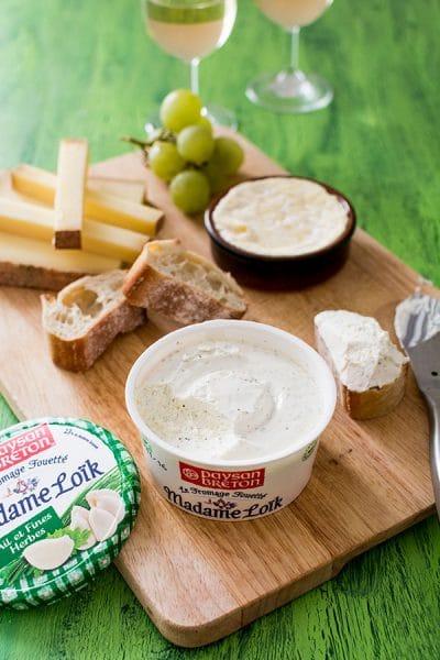 Un plateau de fromage savoureux avec Madame Loïk Ail et Fines Herbes