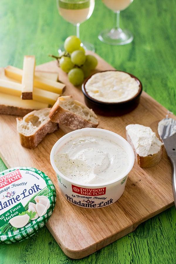 Un plateau de fromages savoureux avec Madame Loïk Ail et Fines Herbes