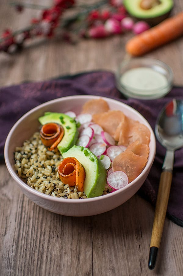 Recette de poke bowl riz, poulet, légumes, sauce sésame avec Dégustabox