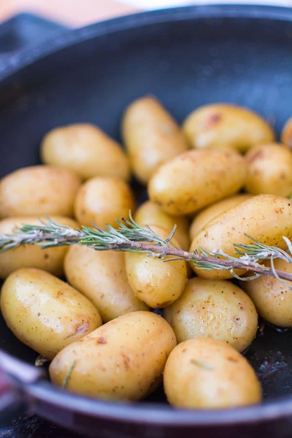 Recette de Pommes de terre primeur à la tapenade pour l'apéritif, recette facile et rapide de pommes de terre et de tapenade végétarienne !