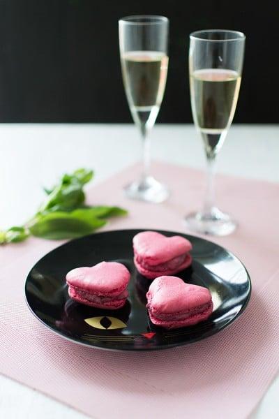 Recette de Saint-Valentin : Macarons salés chèvre betterave avec la feuille Mastrad pour les macarons en forme de coeur !
