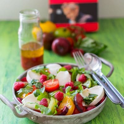 Salade tomates, mozzarella, framboises par Christophe Adam {Livre Framboise - Éditions de La Martinière}