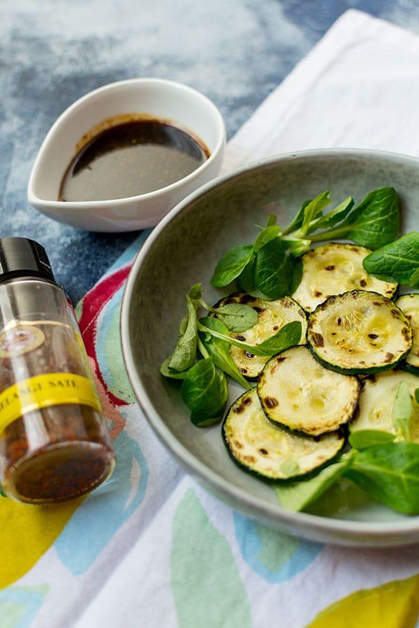 Recette de courgettes grillées, sauce mijotée au saté