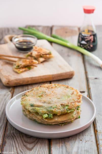 Recette de Scallions Pancakes, ou crêpes chinoises aux oignons. Recette facile de crêpes chinoises presque feuilletées ! Un délice avec de la sauce soja.