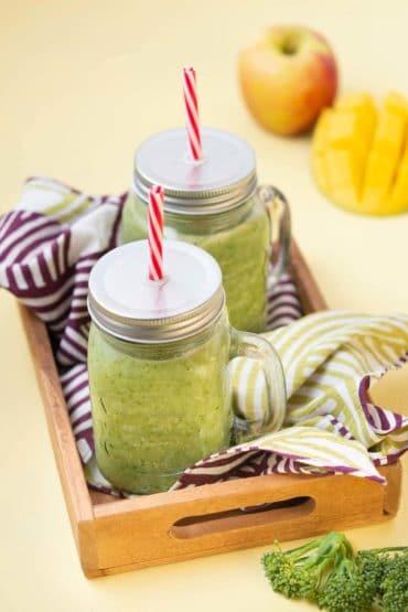 Recette de Smoothie vert aux bimis, épinards, mangue, pommes et gingembre