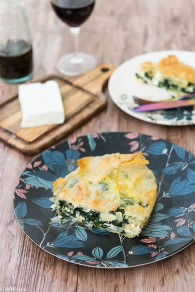Recette de Spanakopita, tourte grecque végétarienne épinards feta. Une recette facile de Juan Arbelaez.