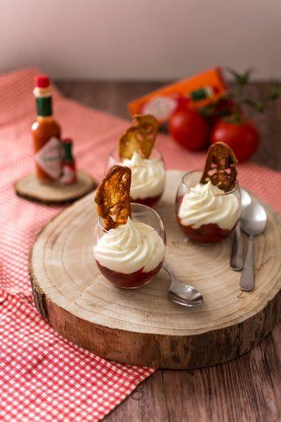 Recette de Verrines de compotée de tomates au Tabasco® rouge, fruits rouges, chantilly au fromage