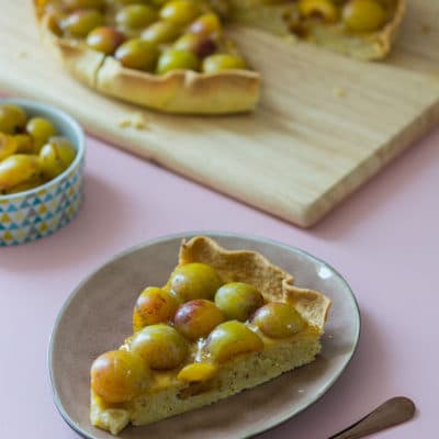 Recette de Tarte amandine aux mirabelles, une recette de saison avec une compotée de mirabelles, des mirabelles crues, une crème d'amandes aux mirabelles.