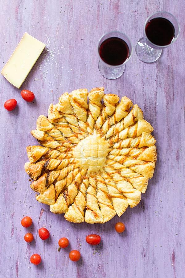 Recette de Tarte soleil tomate et fromage (feuilletés apéritifs), recette facile de tarte soleil pour un apéritif qui en jette !