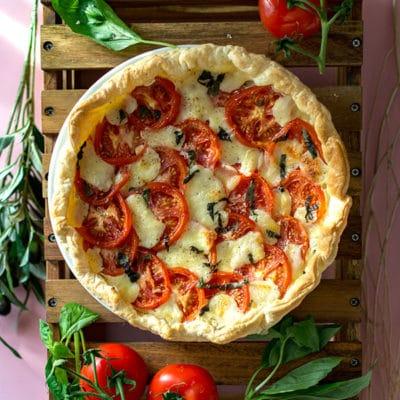 Recette de Tarte tomates, mozzarella, basilic, recette facile et rapide pour l'apéritif ou une entrée gourmande. Idéal accompagné d'une salade.