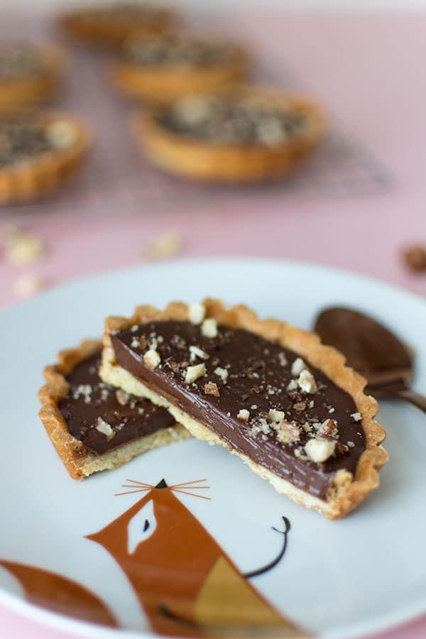 Recette de Tartelettes praliné et chocolat, recette facile de pate sucrée, recette de tarte chocolat et praliné. Gourmandise idéale pour le dessert.