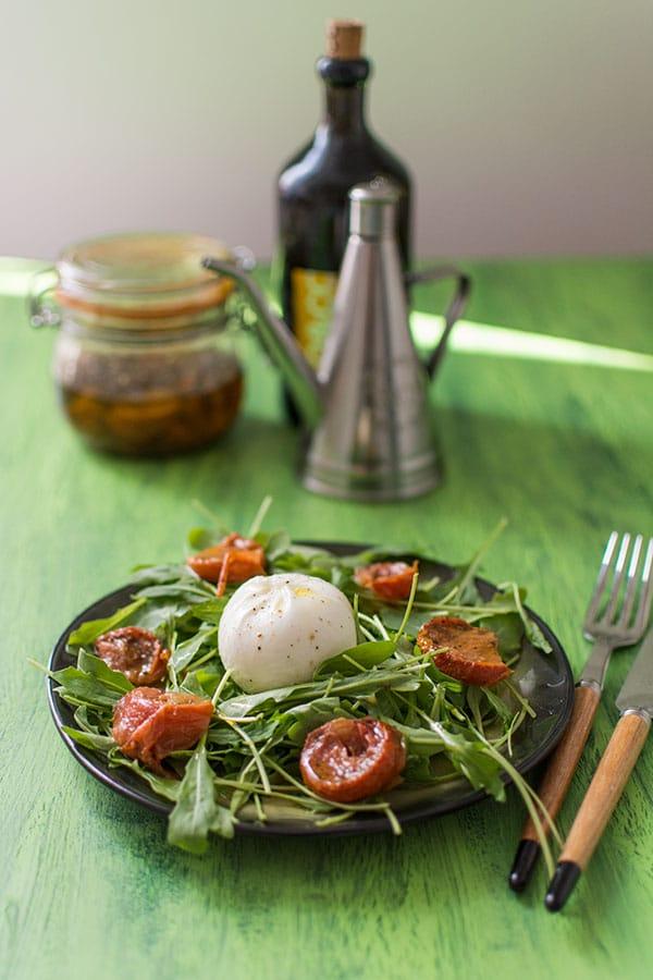 Recette de Salade de roquette, tomates séchées et Burrata (Ambrosi), recette de tomates mozzarella revisitée.