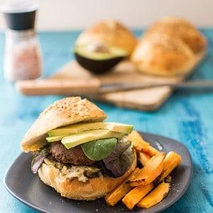Recette de veggie burger à l'avocat, frites de patates douces