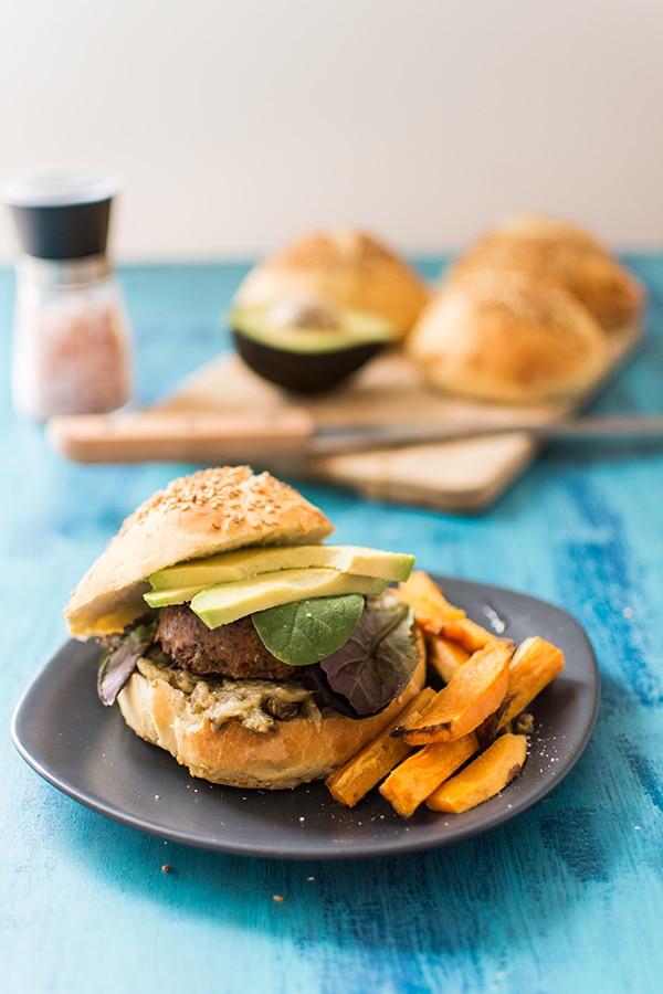 Hamburger végétarien à l'avocat (Veggie Avocado Burger) et frites de patates douces