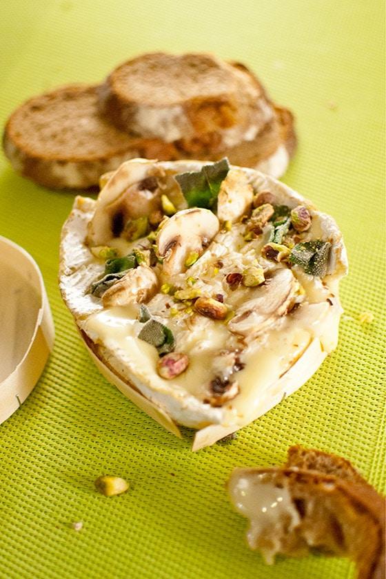 Camembert rôti aux pistaches et champignons