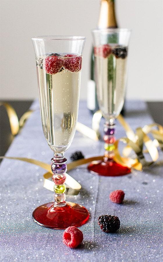 recette de cocktail champagne aux fruits rouges et sirop. Black Bedroom Furniture Sets. Home Design Ideas