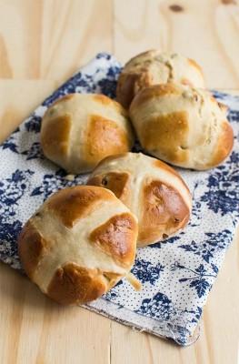 Recette de hot cross buns, brioche anglaise de Pâques