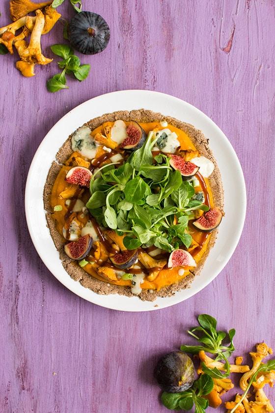 Pizza d'automne sans gluten (potimarron, farine de châtaigne, girolles, roquefort, figues, roquette)